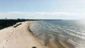反对遥远的城市大厦的摄影海沙海滩 影视素材