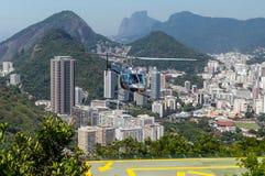 反对里约热内卢,巴西的直升机 免版税库存图片