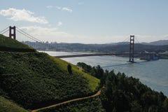 反对金门大桥,美国的青山 免版税库存图片