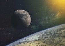 反对银河的月亮和太阳的光芒在宇宙的无边无际的空间的在地球的轨道的 Th的元素 皇族释放例证