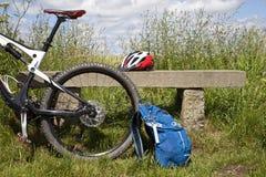 反对长凳的登山车 免版税库存图片