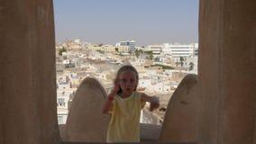 反对阿拉伯镇的女孩跳舞耍笑的舞蹈背景的 股票视频