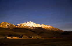 反对雪山的寺庙后面 免版税图库摄影