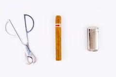 反对雪茄、打火机和切削刀的摄影 图库摄影