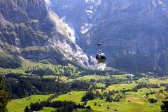 反对风景看法的缆车在格林德瓦,瑞士 免版税库存图片