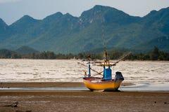 反对风的渔船。 免版税库存照片
