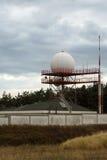 反对风雨如磐的天空的天气雷达 免版税库存图片