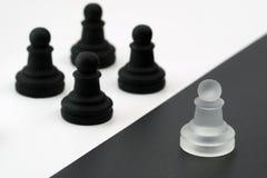 反对黑图的白色图 所有一个 白色对 投反对票 库存照片