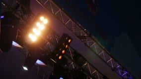 反对黑暗的夜空的底视图强有力的音乐会放映机 影视素材