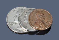 反对黑暗的背景的几枚美国硬币 库存图片