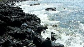 反对黑熔岩岩石岸Kona夏威夷的小海浪 影视素材