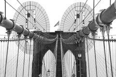 反对黑白的天空的布鲁克林大桥 库存照片