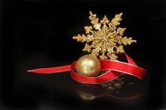 反对黑色的圣诞节装饰 库存图片