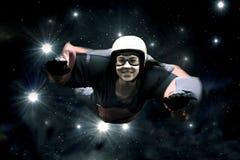 反对满天星斗的天空的跳伞运动员