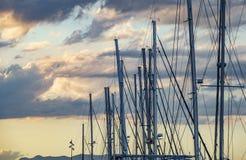 反对黄昏天空的风船帆柱 库存图片
