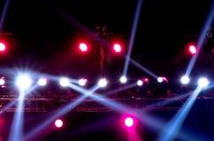 反对黑暗的背景的音乐会照明设备 免版税图库摄影