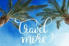 反对晴朗的天空的两个棕榈树梢和旅行更多文本 书法字法手凹道 免版税库存图片