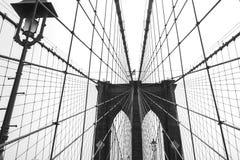 反对黑白的天空的布鲁克林大桥 免版税库存照片