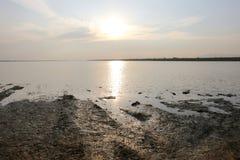 反对水的日落在Phra Satung水库 免版税库存图片