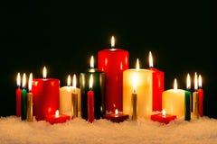 反对黑背景的圣诞节蜡烛 库存照片