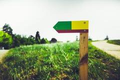 反对绿色农村背景的五颜六色的箭头 免版税图库摄影