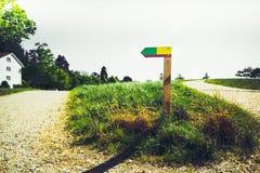 反对绿色农村背景的五颜六色的箭头 免版税库存照片
