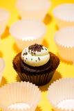 反对黄色背景的生日杯形蛋糕 免版税图库摄影