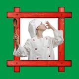 反对绿色背景的老木制框架与一年轻男孩dre 库存照片