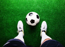 反对绿草,演播室射击的无法认出的足球运动员 库存照片