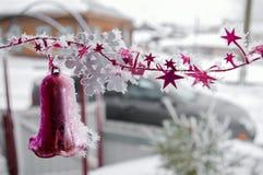 反对defocused背景的圣诞节紫罗兰色响铃与浅景深 免版税库存照片
