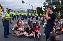 反对TPPA的数千抗议在中央奥克兰新西兰 库存图片