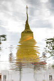 反射一座金黄塔 免版税库存图片