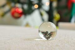 反射一棵被倒置的圣诞树的一个小的玻璃球的特写镜头 库存图片