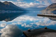 反射云彩在水山背景中 免版税库存照片