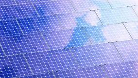 反射云彩的太阳电池板的美好的动画 4K 股票视频