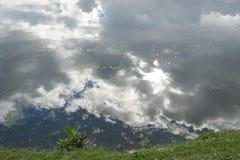 反射云彩的湖 免版税库存照片