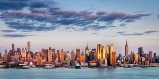 反射光的曼哈顿中城摩天大楼在日落,纽约 库存图片