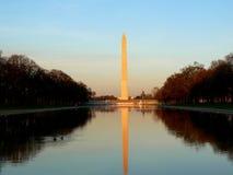 反射华盛顿的水平的纪念碑池 免版税库存照片
