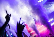 反射器光和烟在音乐节 免版税库存图片