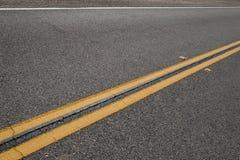 反射器和双黄色高速公路线 免版税库存图片