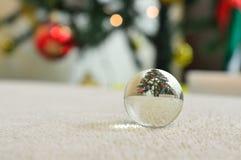 反射圣诞树的一个小的玻璃球的特写镜头 图库摄影