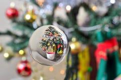 反射圣诞树的一个玻璃球的特写镜头 库存图片