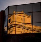反射在一个新的大厦的老大厦 免版税库存图片