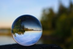 反射在一个水晶球的休假区 免版税图库摄影