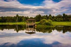 反射在一个池塘的云彩和损坏的眺望台,波托马克的H 免版税库存照片