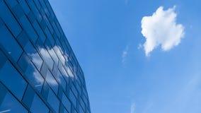 反射在一个现代大厦的云彩 免版税库存图片