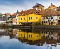 反射在一个水坑的美丽如画的老哥特式房子在德国城市在慕尼黑附近 免版税图库摄影