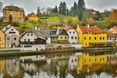 反射在一个水坑的美丽如画的老哥特式房子在德国城市在慕尼黑附近 免版税库存图片