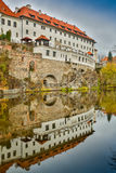 反射在一个水坑的美丽如画的老哥特式房子在德国城市在慕尼黑附近 库存图片