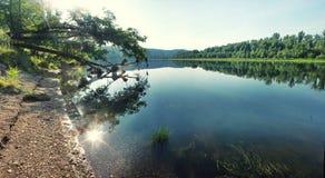 反射在一条安静的河的浅水区的太阳 库存图片